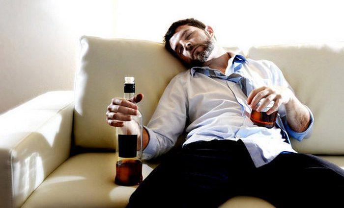 Пьющий мужчина