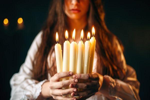 Свечи в женских руках