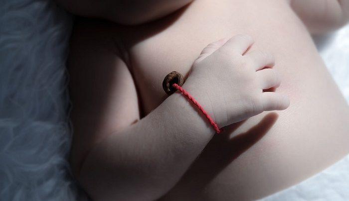 Красная нить на запястье ребенка